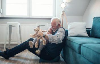 Vanhus ja lapsi istumassa