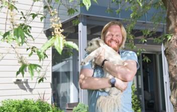 Otto Kanerva pitää koiraa sylissä.