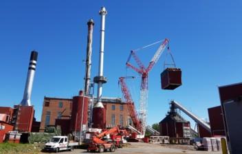 Sähkösuodatinta nostetaan Vanajan voimalaitoksella.