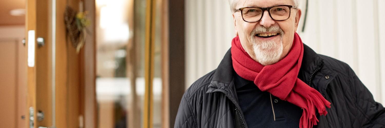 Musiikkineuvos, musiikinlehtori, Oulaisten Nuorisokuoron johtaja Tapani Tirilä, Oulainen, omakotitalon ovella.